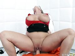 Johnny Sins touches the hottest parts of sultry Holly Halstons body before he fucks her mouth