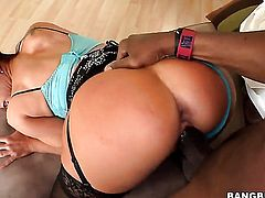 With juicy booty asks her fuck buddy to shove his erect rod in her mouth