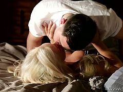 Appetizing blonde babe gets her wet juicy pussy licked on the wide bed