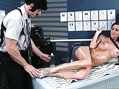Johnny Sins makes Gia Dimarco scream and shout with his hard meat pole in her beaver