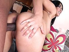 Senora Isis Love with round booty makes her sex fantasies a reality