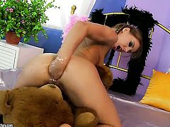 Blonde Nikky Thorne has some time to rub her love box