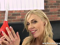 Passionate blonde woman wants to drill her sexy holes and to drink her own piss