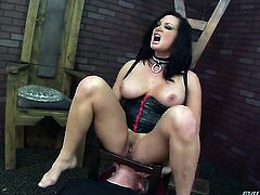 Tom Byron plays with glamorous Tory Lanes fuck hole before he penetrates her hole with his stiff ram rod