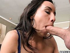 Brunette Stephani Moretti shows her oral talents in oral action with hot dude