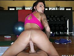 Juelz Ventura with big tits is desperate for oral sex and Johnny Sins knows it