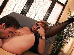 Kelly Leigh is good on her way to satisfy her fuck buddy with her hot mouth