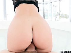 Blonde Jessie Rogers with juicy butt and trimmed pussy drops on her knees to be mouth fucked