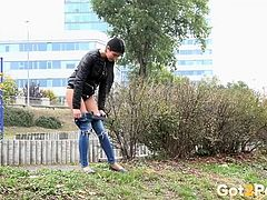 Girl drops her jeans and pisses in the grass
