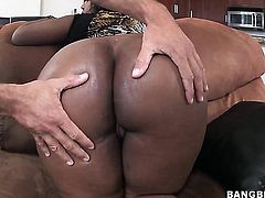 Layla Monroe with phat ass takes a dream shower in cumshot action