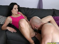 Brunette Stephanie Rose with bald bush has some time to give some oral pleasure