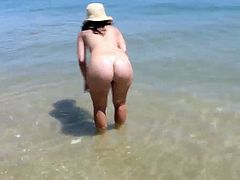 Bubble butt 22yr old girlfriend nude at the beach