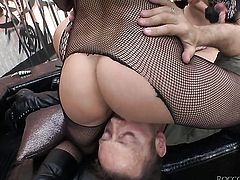 Rocco Siffredi gets pleasure from fucking Donna Bell with juicy jugs in her beaver before suck job