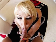 Mellanie Monroe gives giving oral pleasure to hot guy