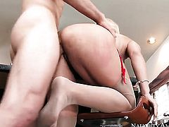 Blonde exotic Holly Heart with juicy ass and bald snatch is good at giving tugjob