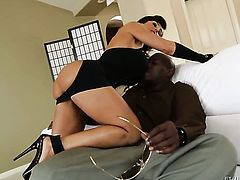 Lexington Steele gets a good booty fuck