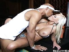 Blonde Justin Long with massive melons and hairless snatch sucks the jizz out of meat pole