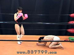 Japanese mistress is Kick the crotch of slave