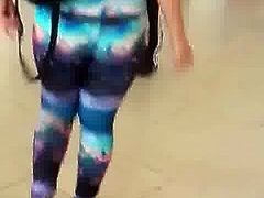 Universitaria en leggings spandex candid latina