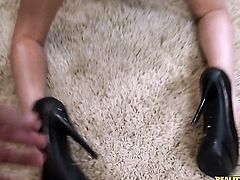 Chica Esmi Lee gets the pleasure from pussy rubbing