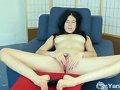 Horny Yanks Bella Masturbating Her Hairy Twat