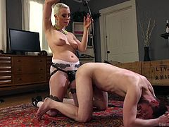 Kinky mistress Lorelei Lee trhusts strapon in dude's stretched anus