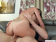 Juggy psychologist Dava Foxx gives footjob and blowjob before steamy coition