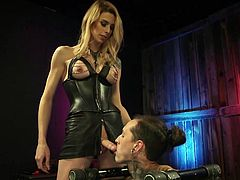 Placed in a metal bondage device, Ruckus was brutally face fucked by the hot tranny babe with a big dick, Casey Kisses. He sucked her swollen balls and swallowed her hard penis almost completely...