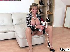 Adulterous uk mature lady sonia shows her heavy hooters91JLc
