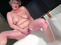 Mature granny taking bath while masturbating indoors