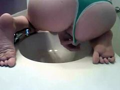 Pulling my green thong to the side and pee in the sink 1