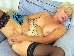 UK milf Sapphire Louise gives her fanny a good finger fuck