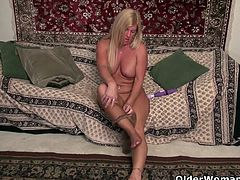 American milf Blake gives her shaved pussy a treat