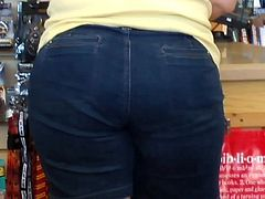 WiDe PLuMP BuBBLe ASS MaTuRe PAWG in JeaNs SHorTs (3)