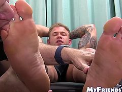 Hunky amateur enjoys having his feet sucked by mature homo