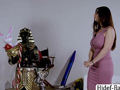 Specialist Mindi Mindi helps Asian client Ember Snow to end her fear of clowns. Then, later on, Ember gives Mindi a sweet kisses after she helps her on her fears. Afterwards, these two sluts wrap theirs around their wet pussy.